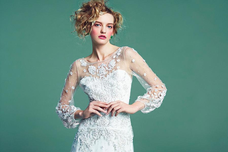 シンプルなドレスに存在感のあるネックレスを合わせたり、デコラティブなドレスの時にはアクセサリーを控えめにクラッチバッグをアクセントにしたり、コーディネートは